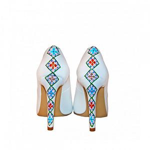 pantofi albi leon pictati manual cu motive traditionale l103 1