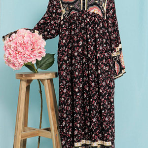 an oversized border printed maxi dress aimelia dr4267 in black with pockets 9756 1 scaled